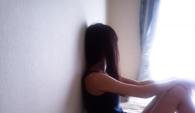 窓の外を見つめる女性